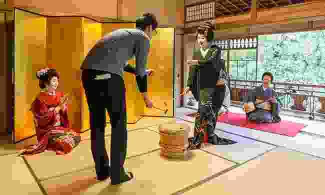 Traditional game with Geigi (Niigata City Office)