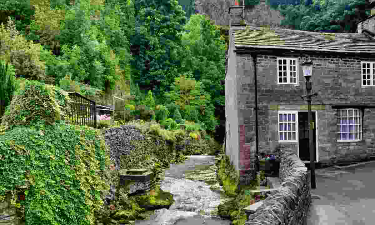 Stone cottage by a river in Castleton (Dreamstime)