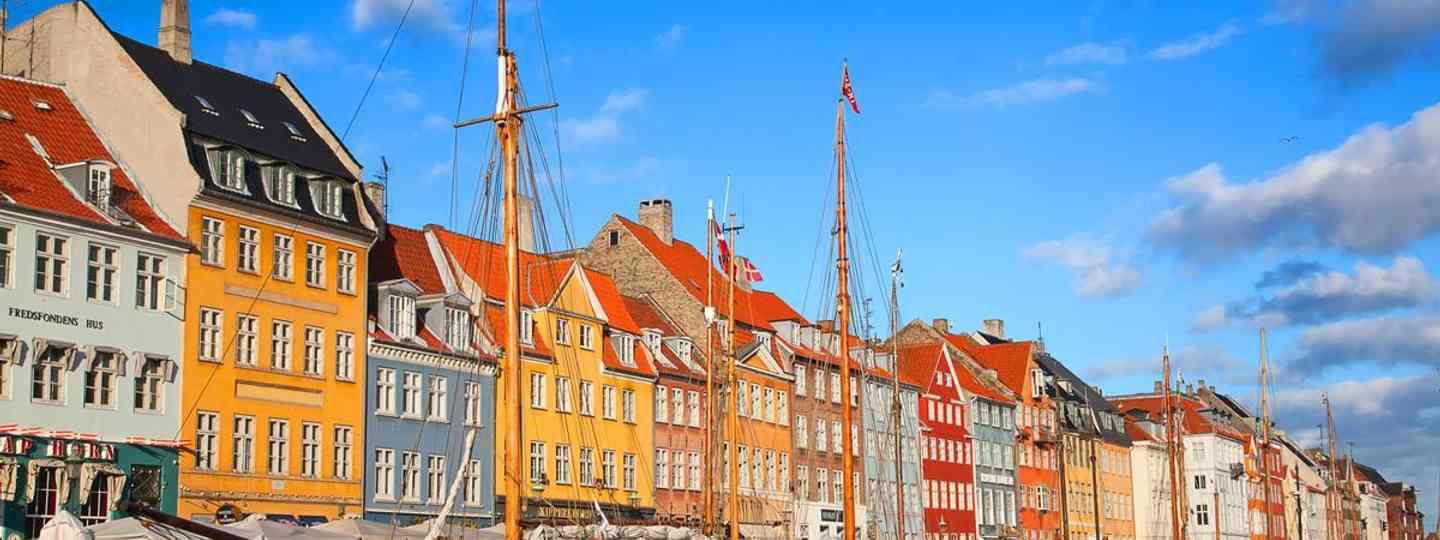The beautifully preserved Merchants' Houses lining the harbour are now mainly restaurants and bars(Cianta)