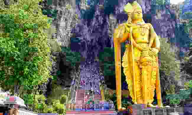 The Batu Caves statue and entrance (Dreamstime)