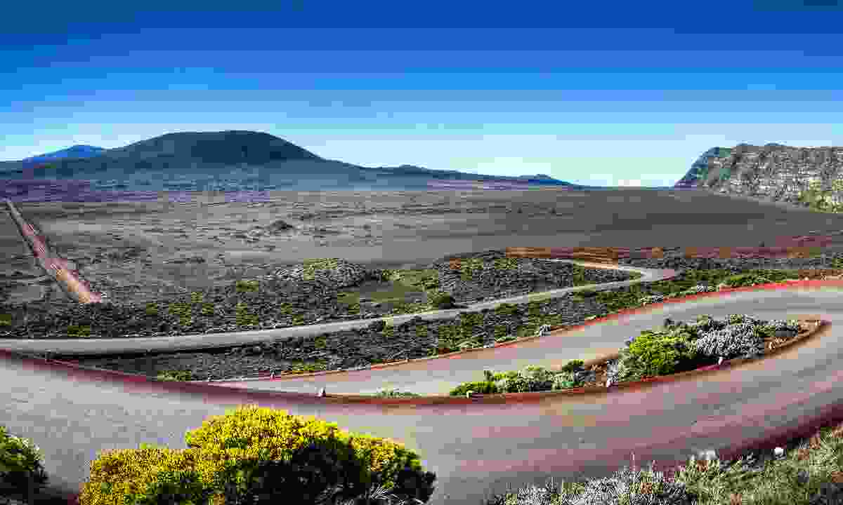 Winding road across Plaine des Sables (Dreamstime)