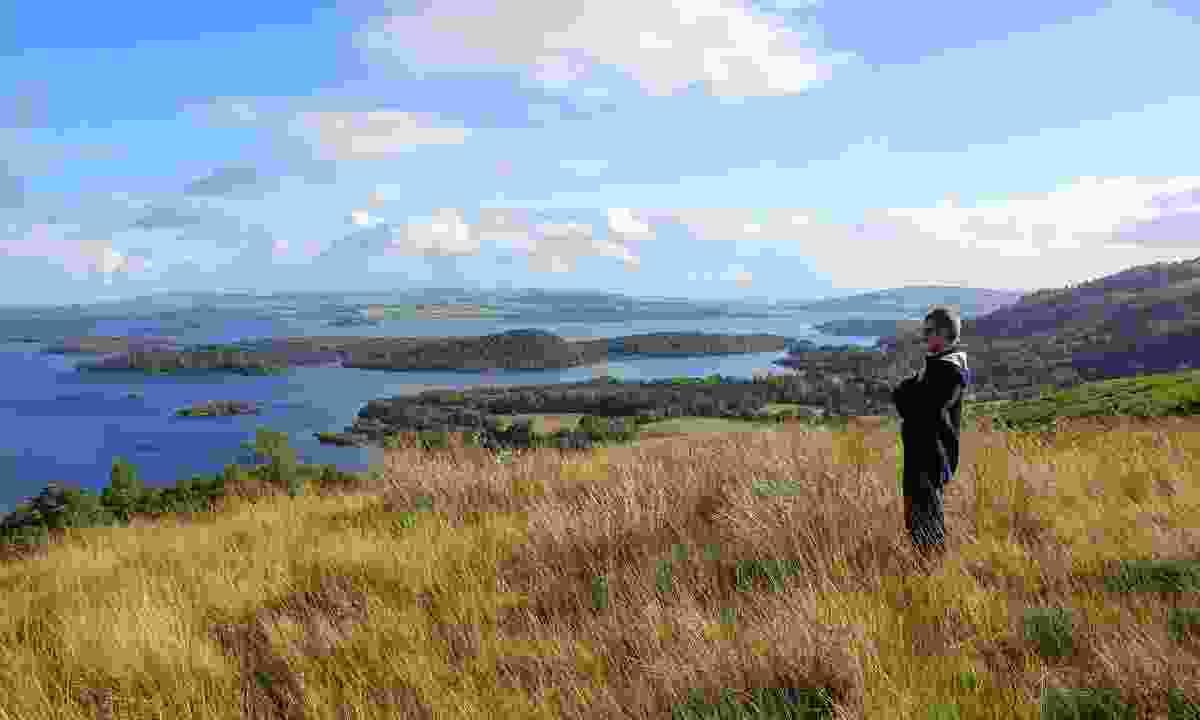 Hiking trail over Loch Lomond (Dreamtime)
