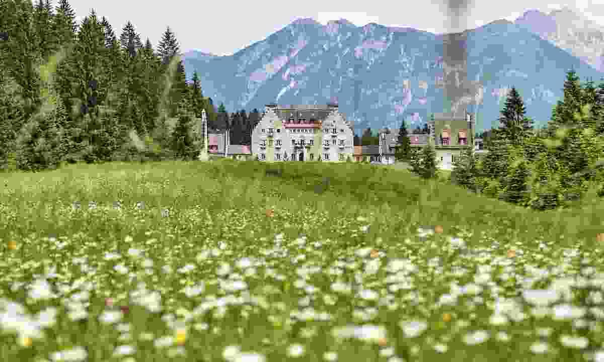 The pretty Kranzbach hotel in the rolling landscapes (Alpenwelt Karwendel/ Marco Felgenhauer)