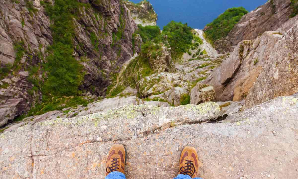 Man standing on cliff (Shutterstock)