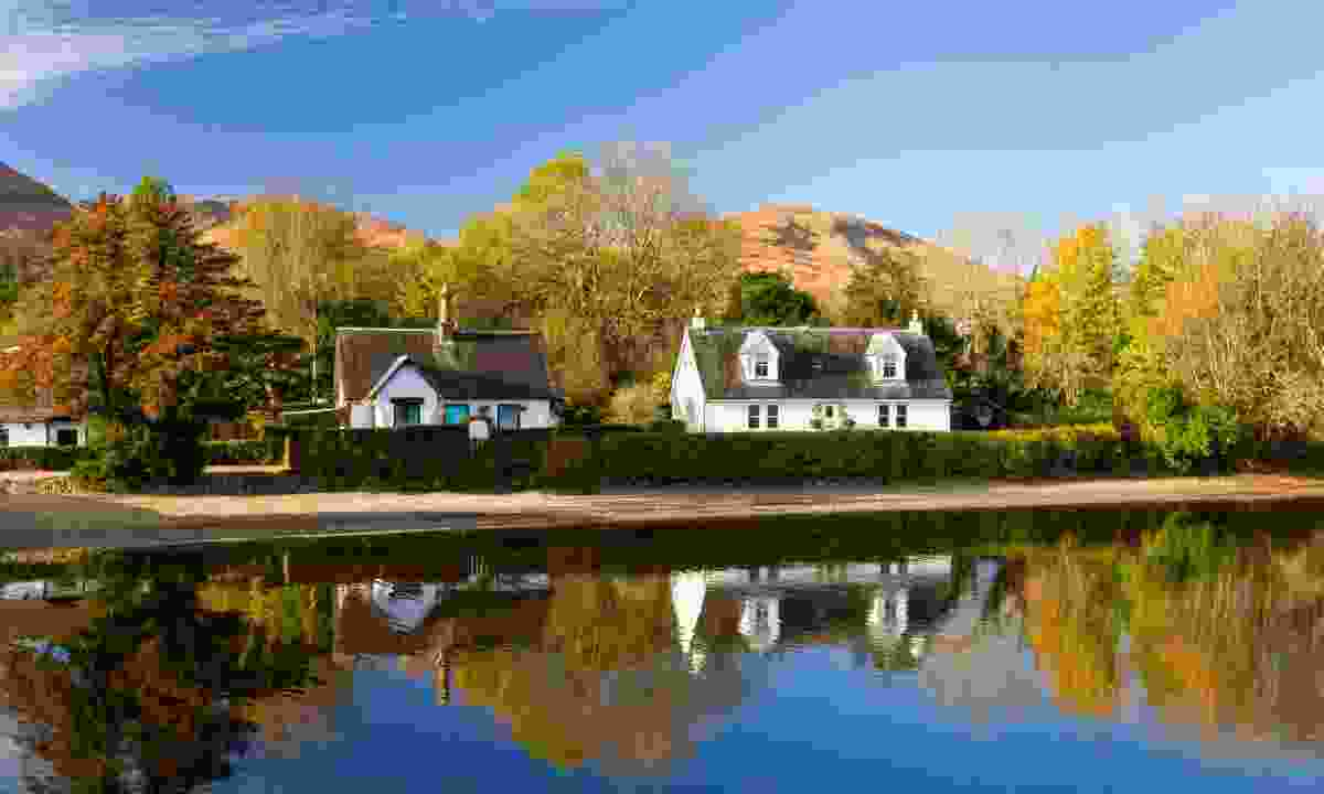 Houses on the river bank in the village of Luss, Scotland (Shutterstock)