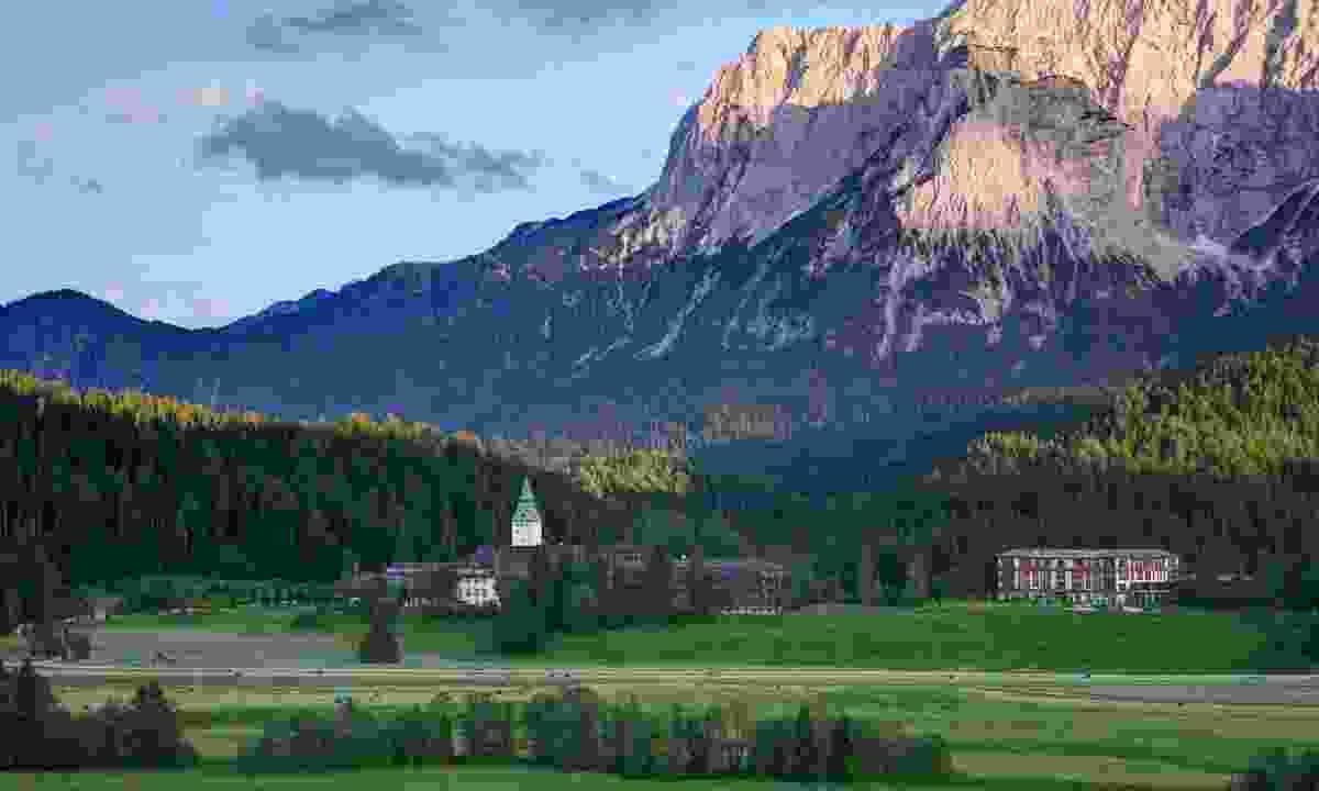 Elmau Castle at the foot of the mountains (Alpenwelt Karwendel/ Schloss Elmau)