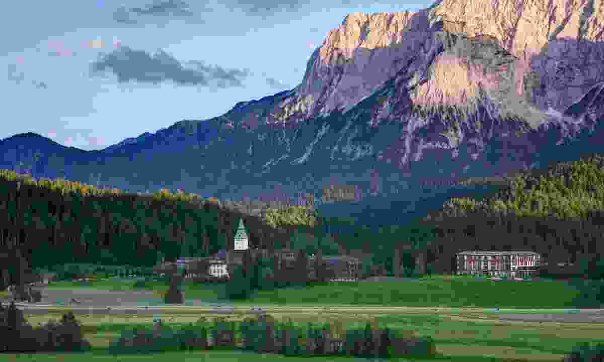 Elmau Castle at the foot of the mountains (Alpenwelt Karwendel/ Schloss Elmau)