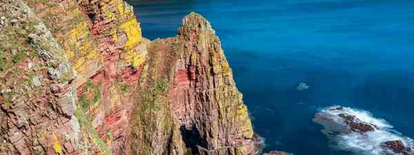 Duncansby Head's dramatic sea stacks, one of the best coastal walks in Scotland (Shutterstock)