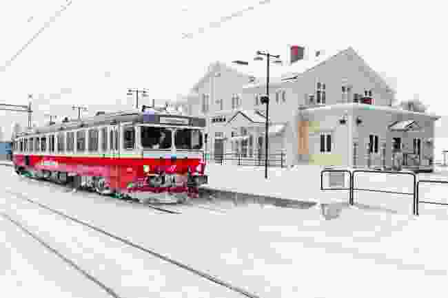 Inlandsbanan train pulling into Mora, Sweden (Shutterstock)