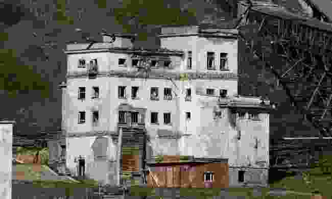 An old building and cityscape in Pyramiden (Shutterstock)