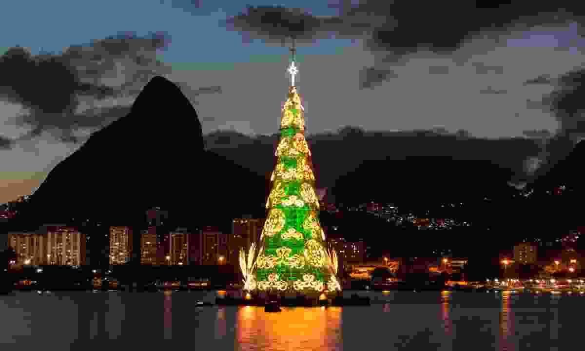 Floating Christmas tree on the shores of Rio (Dreamstime)
