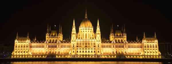 Hungarian Parliament at night (Dreamstime)