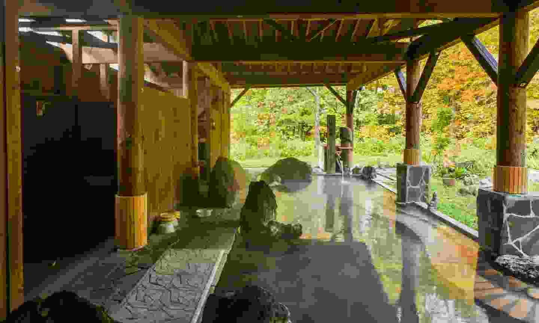 An outdoor onsen at a ryokan (Shutterstock)