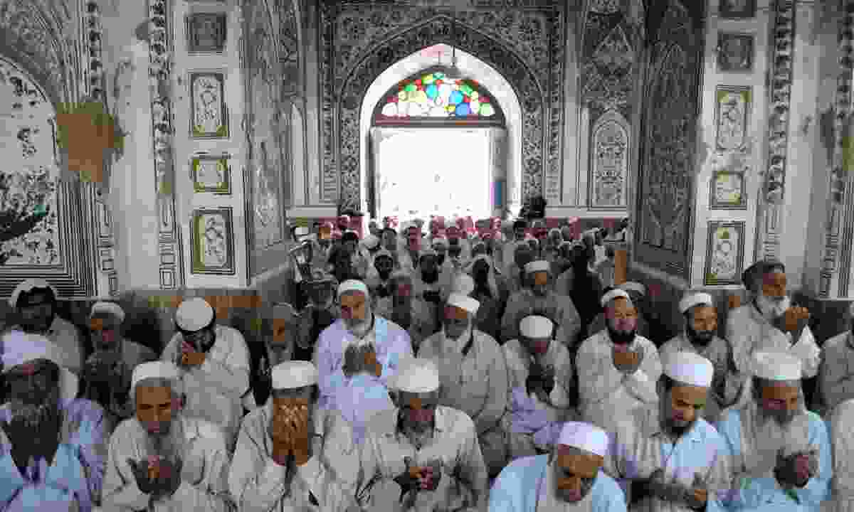 People praying in the Mahabat Khan (Shutterstock)