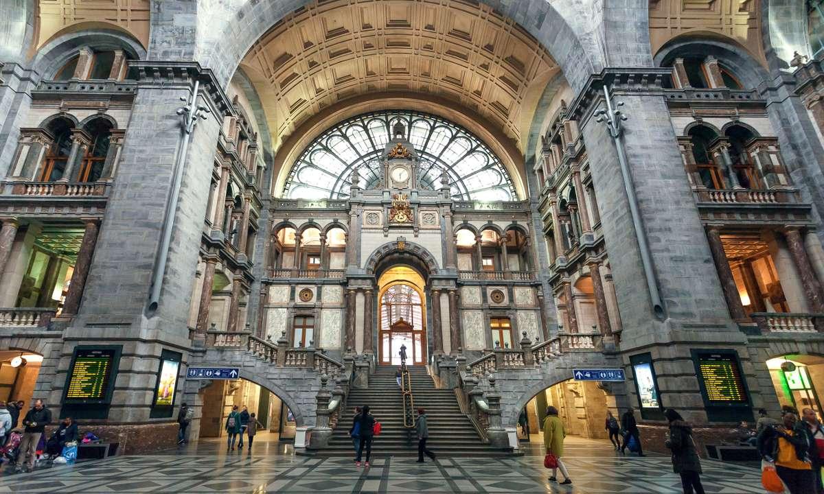 Terminus building of Antwerp Centraal (Dreamstime)