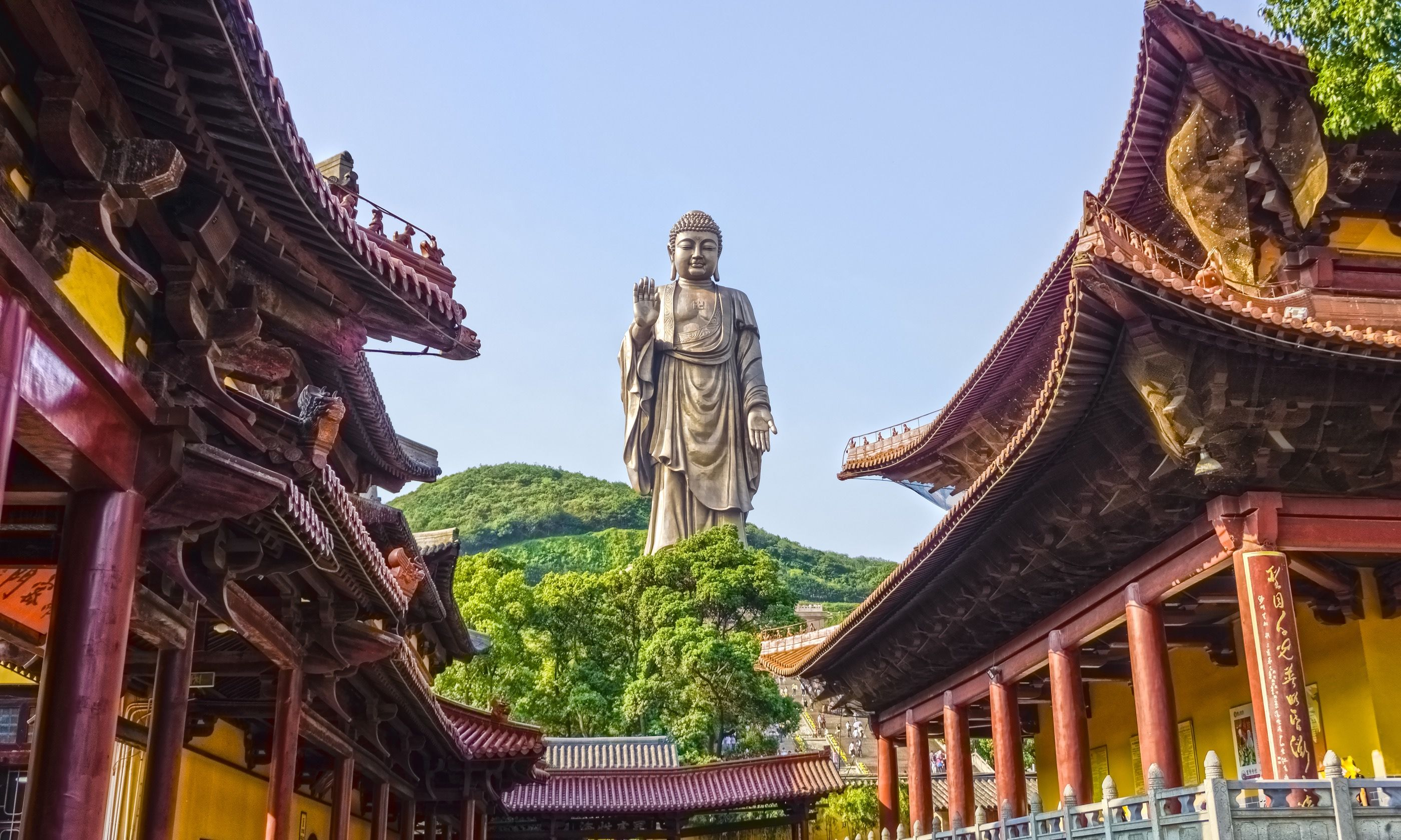 Looking towards the Great Buddha, Ling Shan (Dreamstime)