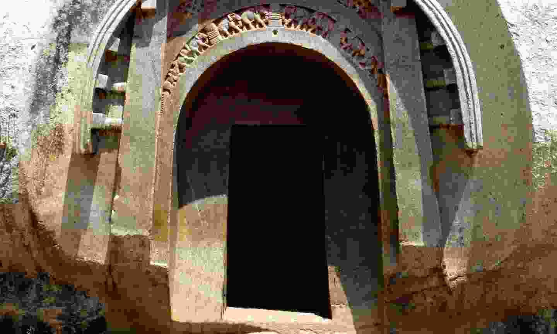 Entrance to Lomas Rishi cave (Creative Commons: Photo Dharma)