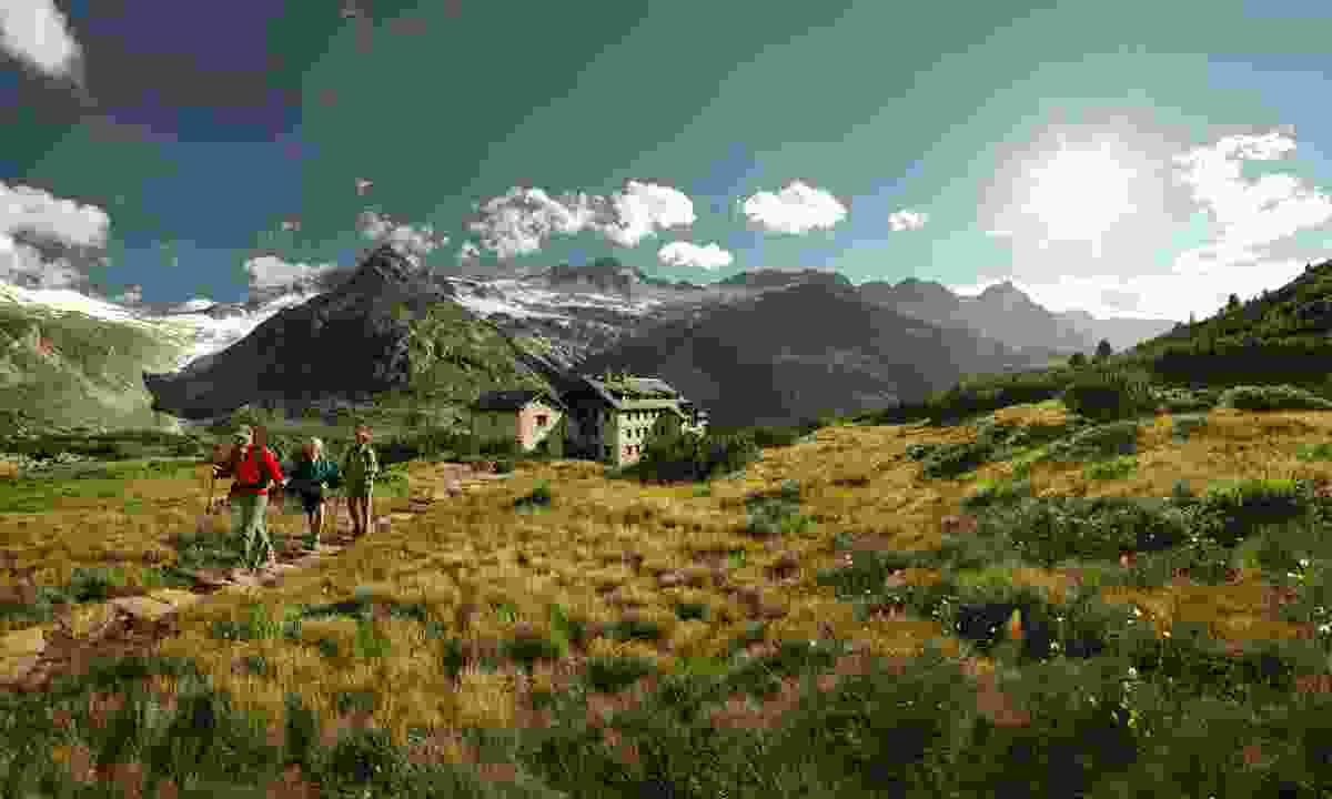Hiking between mountain huts  (Österreich Werbung/ Peter Burgstaller )