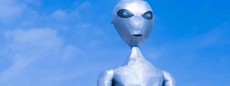 An alien standing in the US desert (Dreamstime)