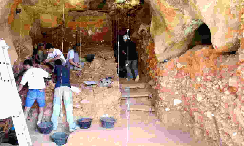 Archeologists at work in Sima de los Huesos (Creative Commons: Mario Modesto Mata)