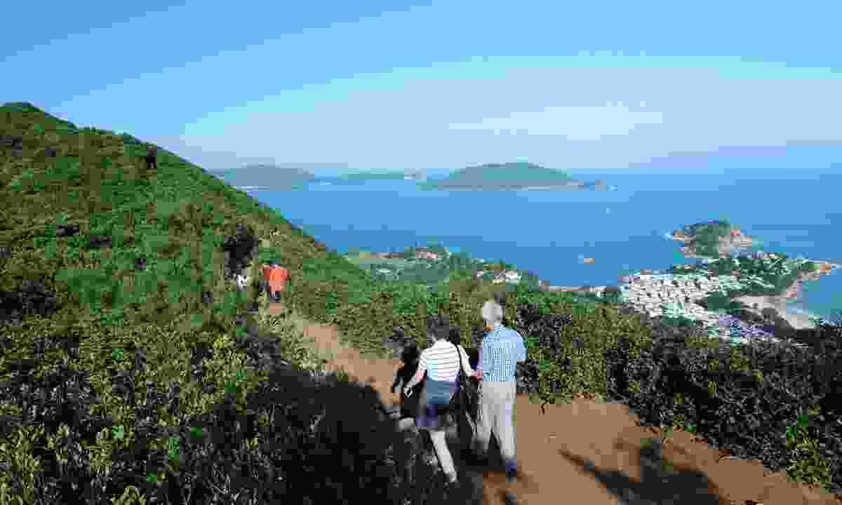 Enjoying the hot but rewarding Dragon's Back hike (Shutterstock)