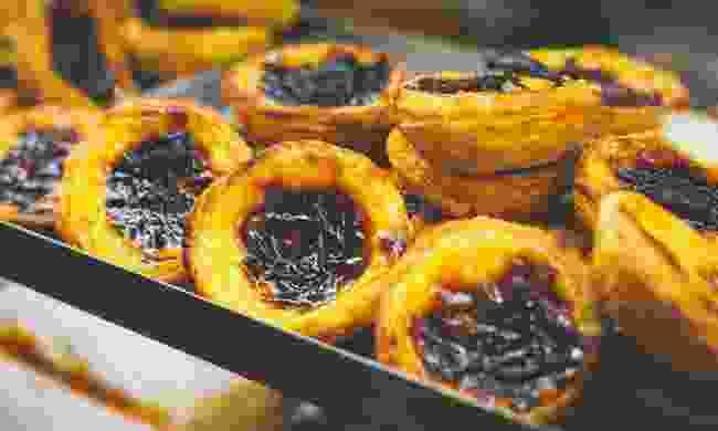 A tray of pastel de nata in a café window (Shutterstock)
