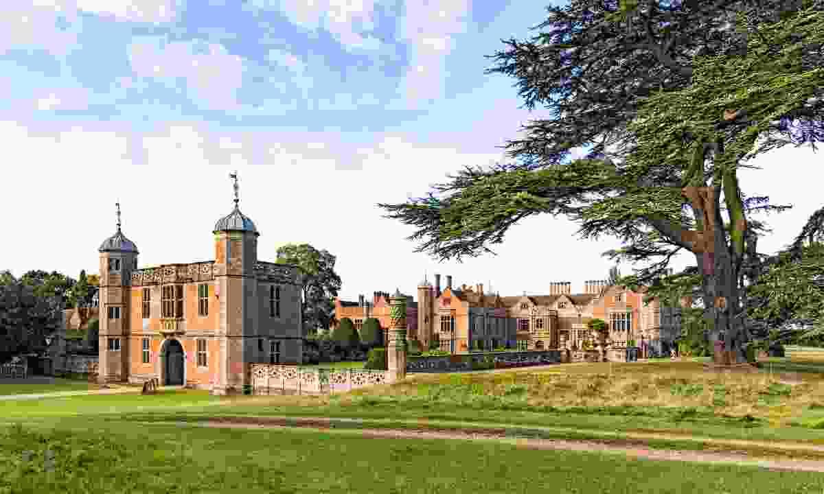 Tudor Gatehouse marking the entrance to Charlecote House (Dreamstime)