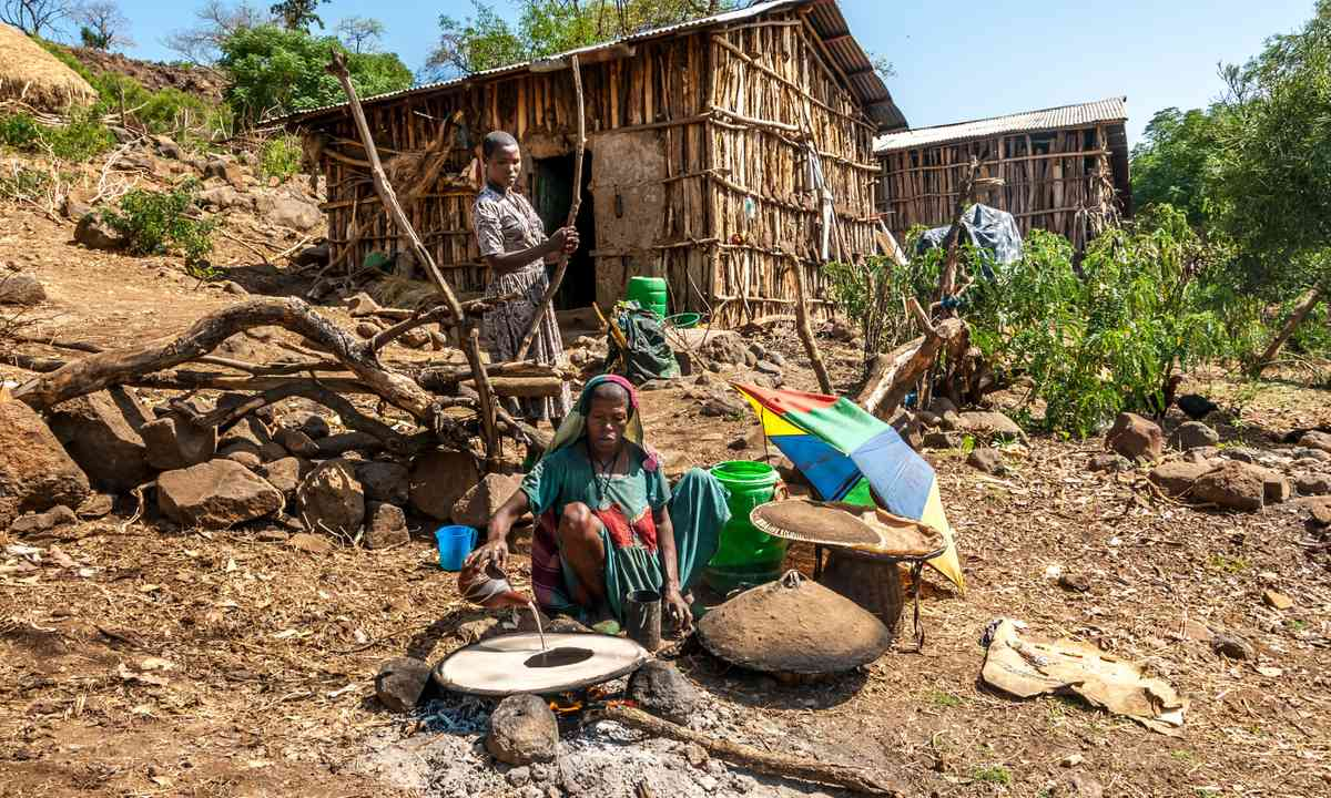 Preparing injera near the Blue Nile (Shutterstock.com)