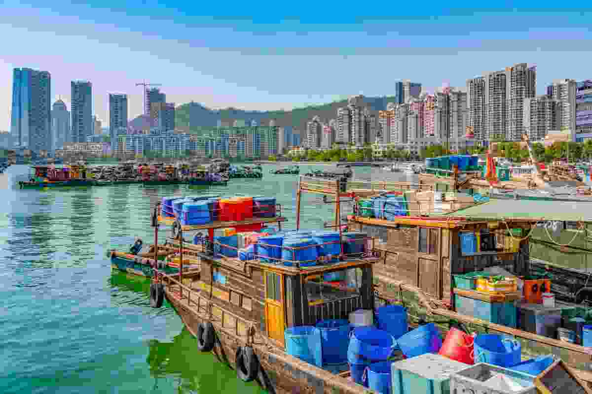 Traditional boats overlooking the skyscrapers of the city (Shutterstock)