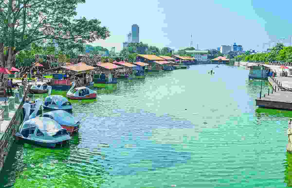 Pettah Floating Market on Beira Lake, Colombo, Sri Lanka (Dreamstime)