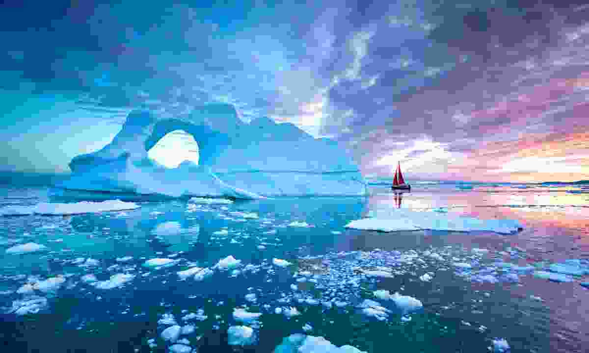 Icebergs under the midnight sun (Dreamstime)