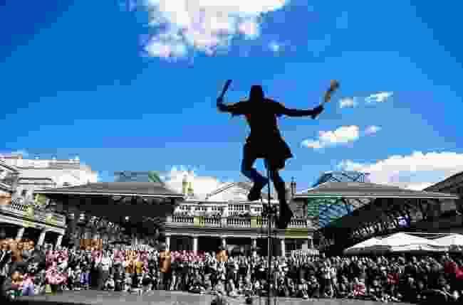 Covent Garden, juggler and audience (Steve Vidler)