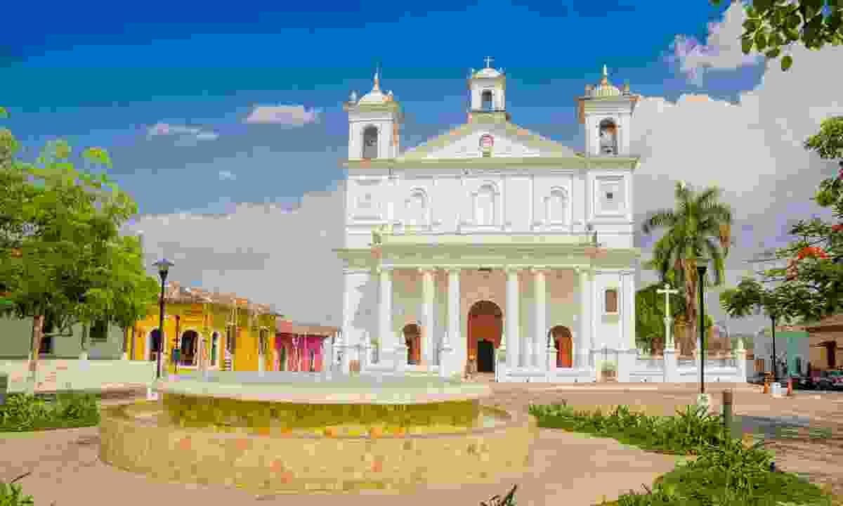Explore the colonial building of Suchitoto (Shutterstock)