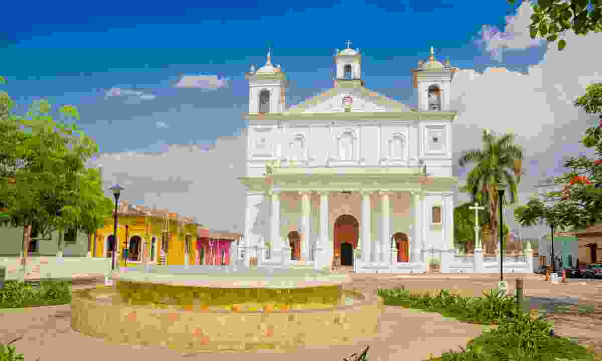 Explore the colonial building of Suchitoto (Shutterstock)
