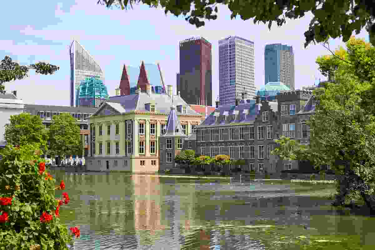 A lake by the parliament building, Het Binnenhof - a touch of nature in the middle of the city (Shutterstock)