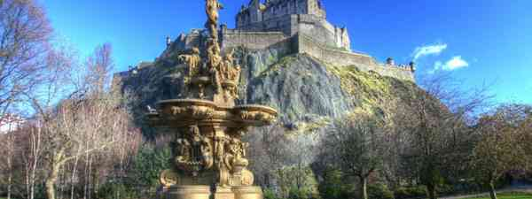 Edinburgh Castle and Ross Fountain (Dreamstime)