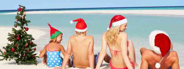 Family enjoying Christmas on a tropical beach (Dreamstime)