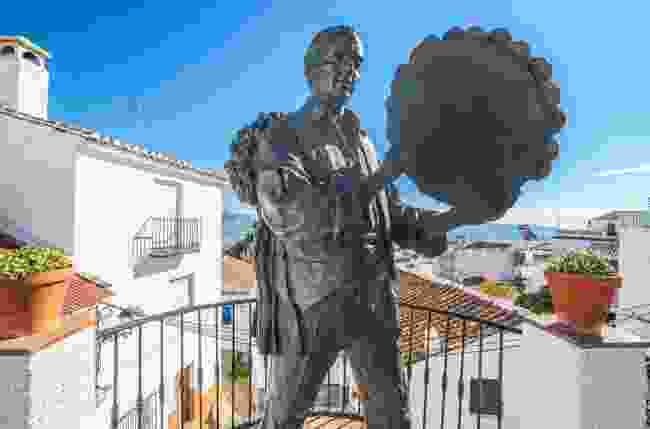 A famed statue of a Verdiales musician in Comares (Shutterstock)