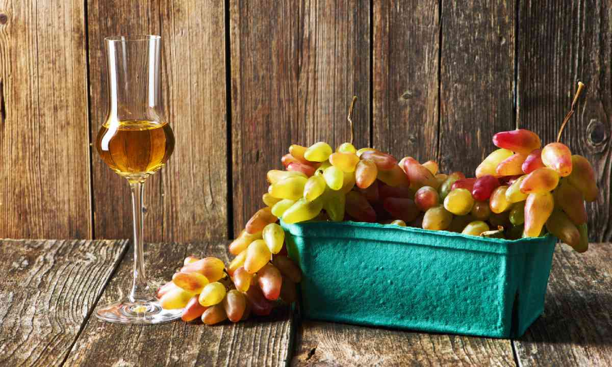 Grappa and grapes (Shutterstock)
