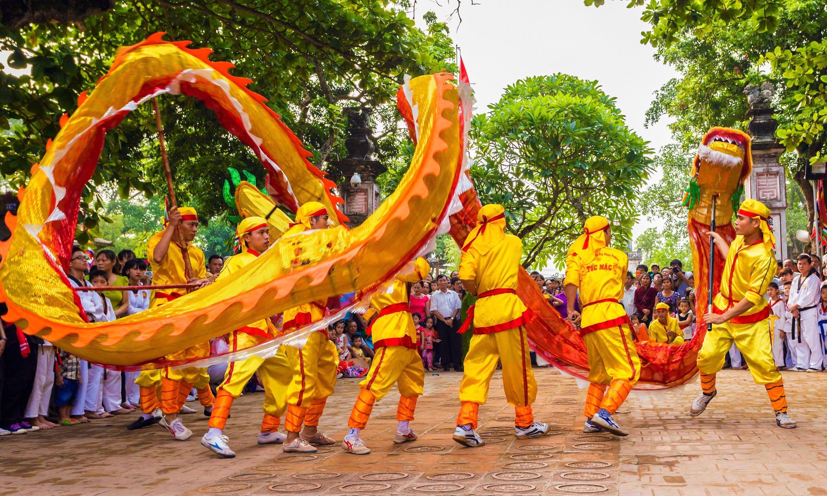 Vietnamese dragon dance (Shutterstock.com)