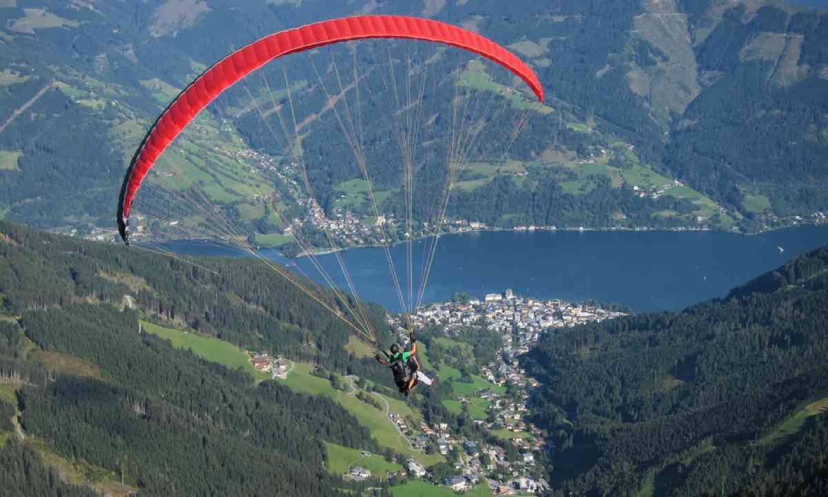 Paragliding in Zell am See (Shutterstock)