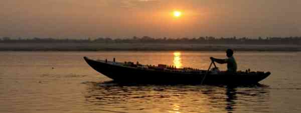 Cruising down the Ganges (dreamstime)