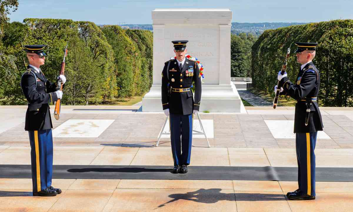Soldiers presenting arms at the Tomb of the Unknown Soldier (Shutterstock.com)