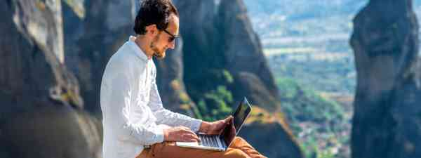 Working while travelling (Shutterstock)