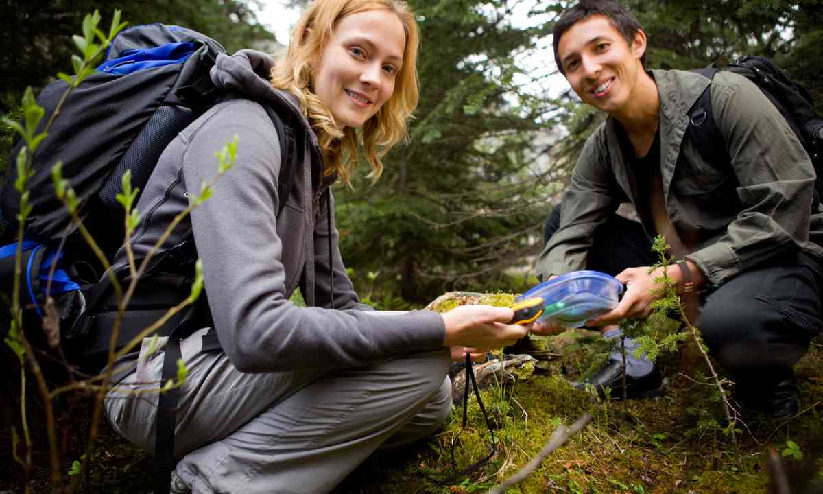A young couple geocaching (Dreamstime)