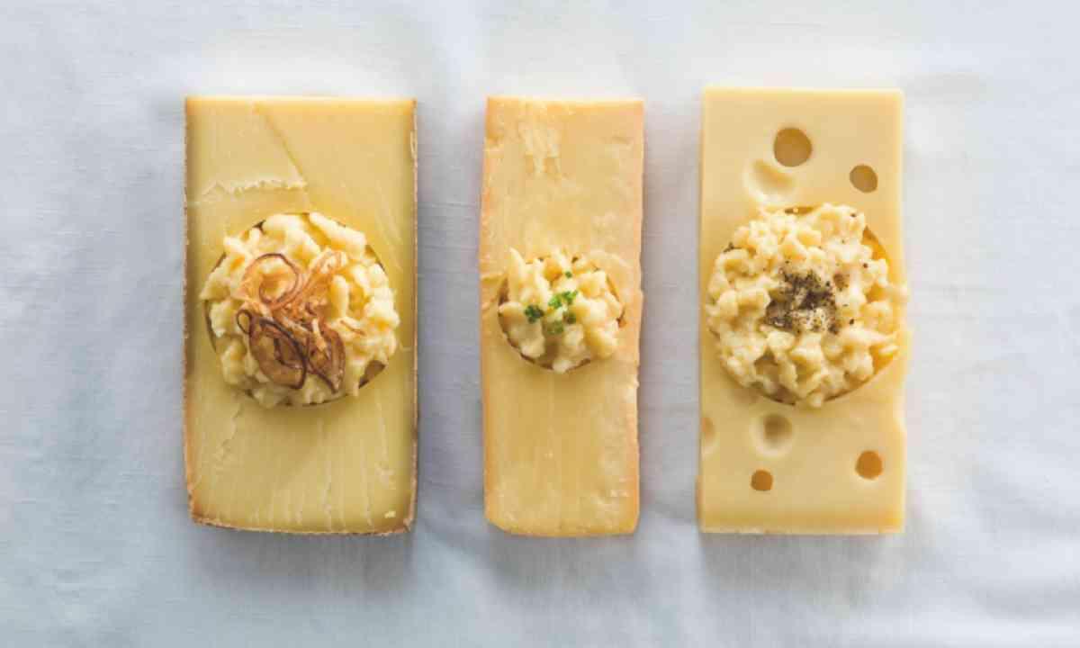 Cheese tasting (Michael Gunz, Vorarlberg Tourismus)