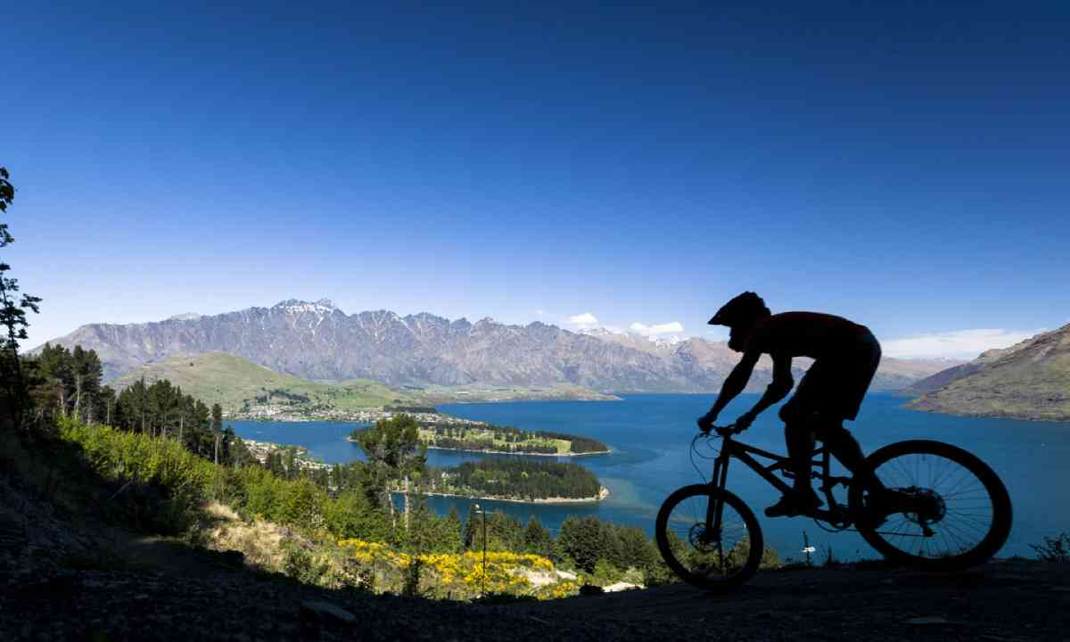 Cycling in Queenstown, New Zealand (Dreamstime)