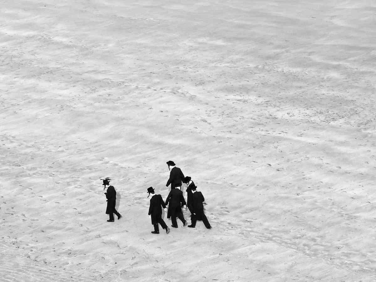Jewish people on Cliftonville Beach (Ruta Mackelaite)