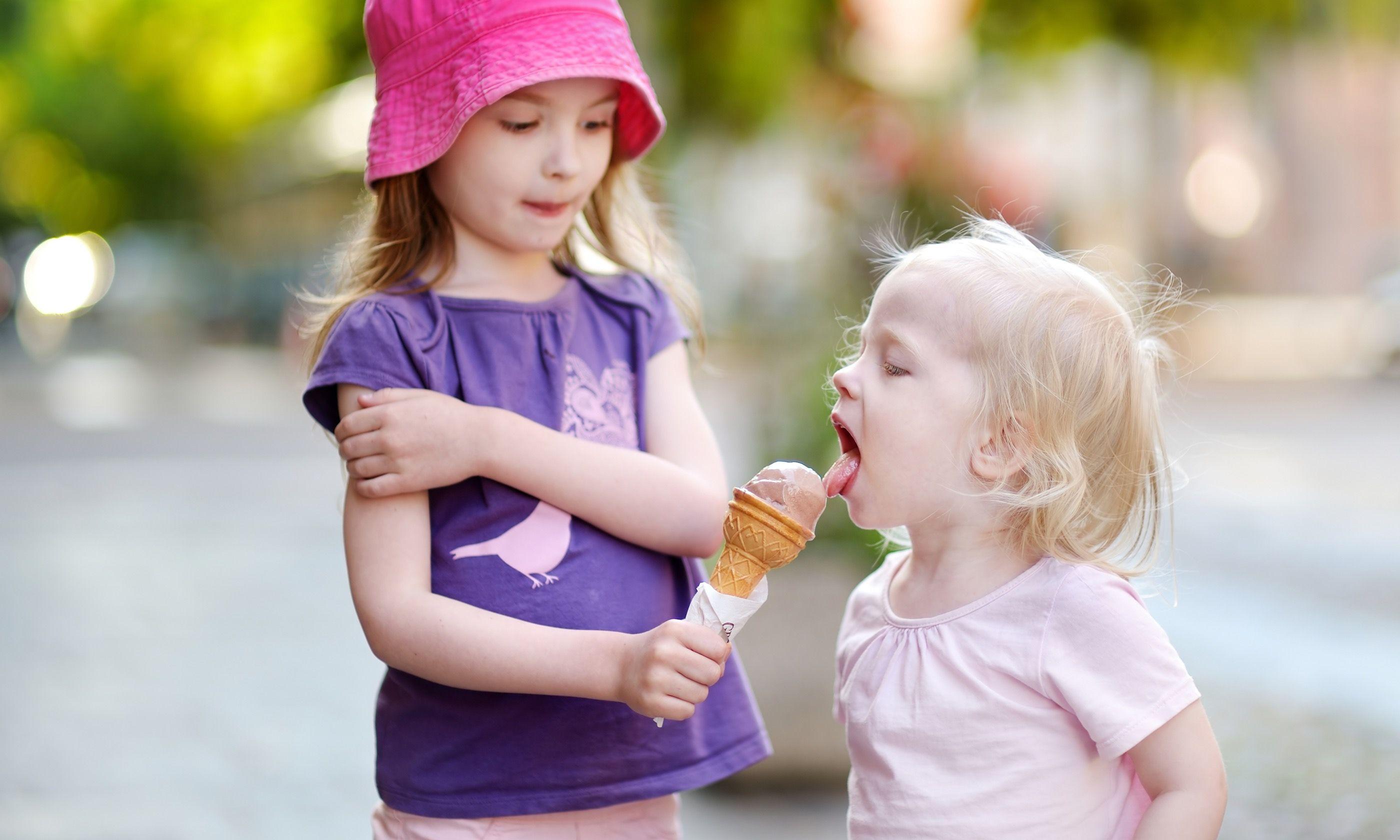Sisters eating ice cream (Dreamstime)