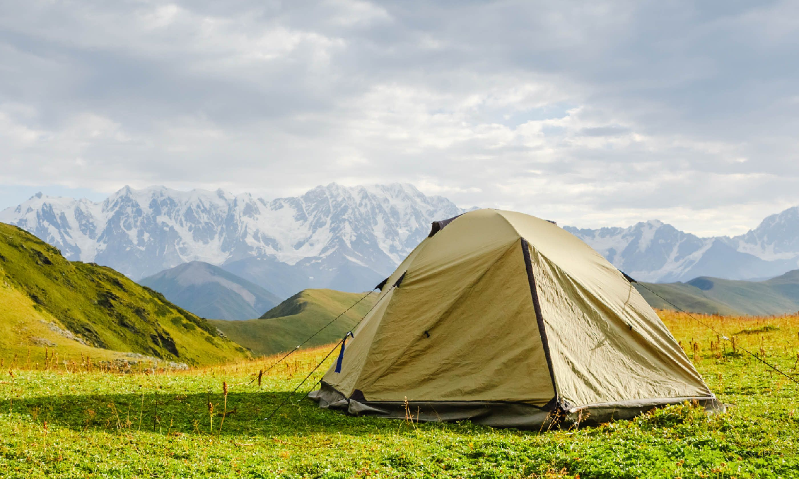 Tent in the mountains (Shutterstock) & Tips to take care of your tent | Wanderlust